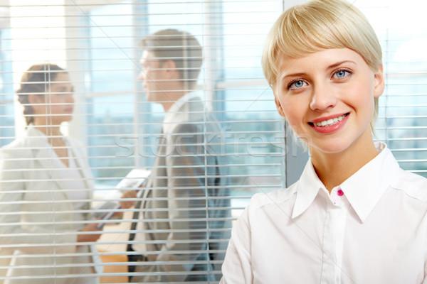 Сток-фото: очаровательный · деловая · женщина · женщины · лидера · глядя · камеры