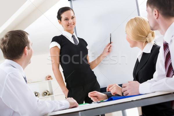 Uitleggen ideeën foto geslaagd vrouwelijke permanente Stockfoto © pressmaster