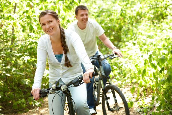 Vida saudável foto feliz mulher equitação bicicleta Foto stock © pressmaster