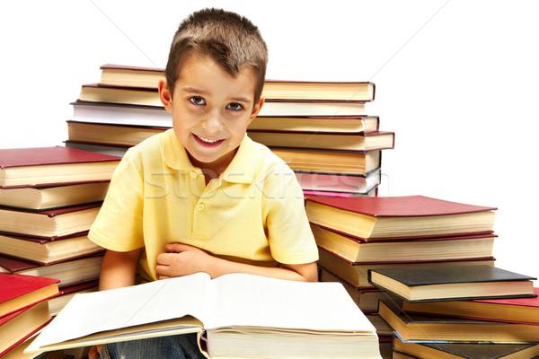 Pracowity Fotografia młody chłopak patrząc kamery czytania Zdjęcia stock © pressmaster