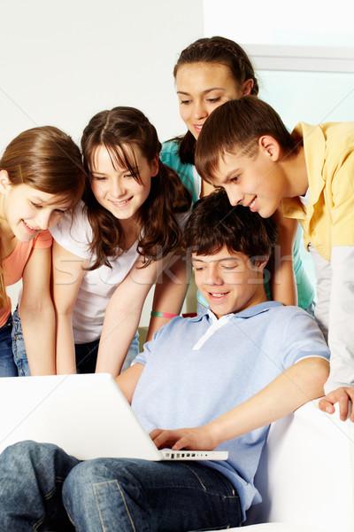 Interessante apresentação menino algo laptop Foto stock © pressmaster