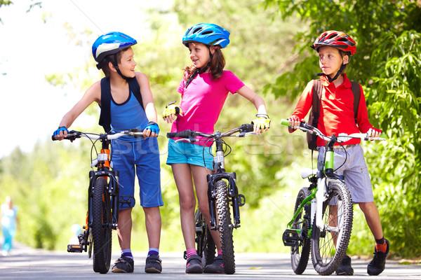 Lovaglás biciklik együtt portré három kicsi Stock fotó © pressmaster