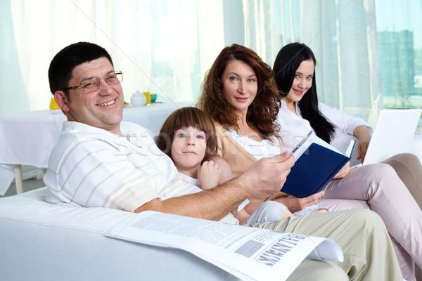 Photo stock: Accueillant · famille · jeunes · quatre · séance · canapé