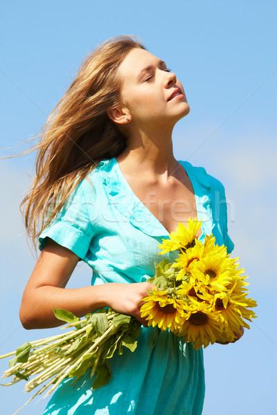 Stock fotó: élvezet · fotó · csinos · lány · virágcsokor · napraforgók
