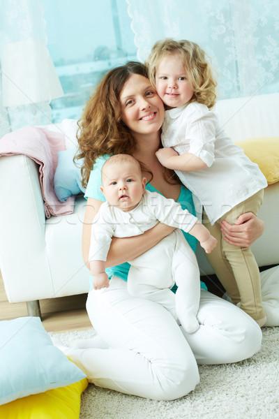 Família feliz vida vertical retrato três olhando Foto stock © pressmaster