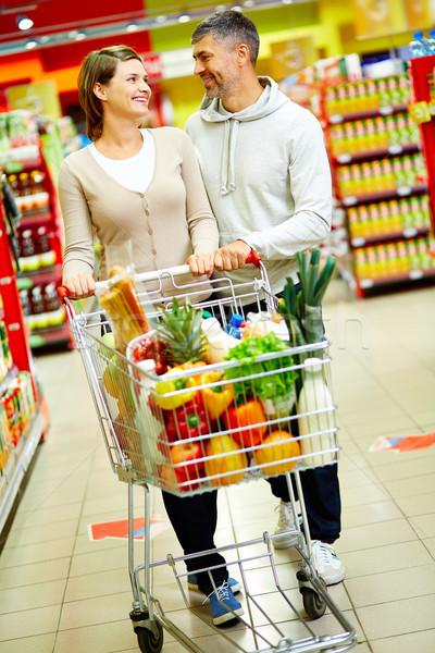 Heureux consommateurs image couple panier marche Photo stock © pressmaster