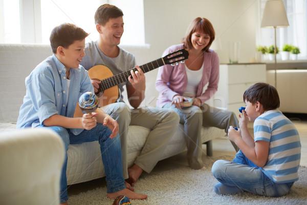 Musical jókedv portré boldog család négy szórakozás Stock fotó © pressmaster
