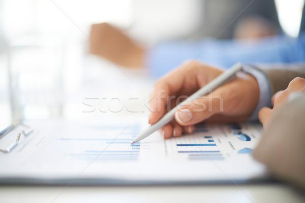 Pracy dokumentu strony młodych kobieta interesu arkusz kalkulacyjny Zdjęcia stock © pressmaster