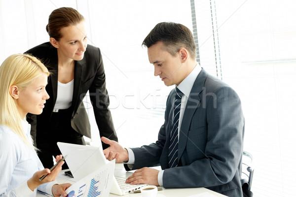 Megbeszélés csoport üzletemberek dolgozik megbeszélés üzlet Stock fotó © pressmaster