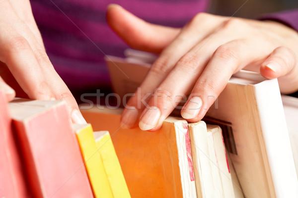 Naar noodzakelijk boek hand vrouwelijke bibliotheek Stockfoto © pressmaster