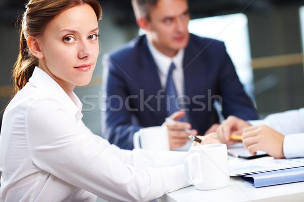 Secretaris briefing portret glimlachend naar camera Stockfoto © pressmaster