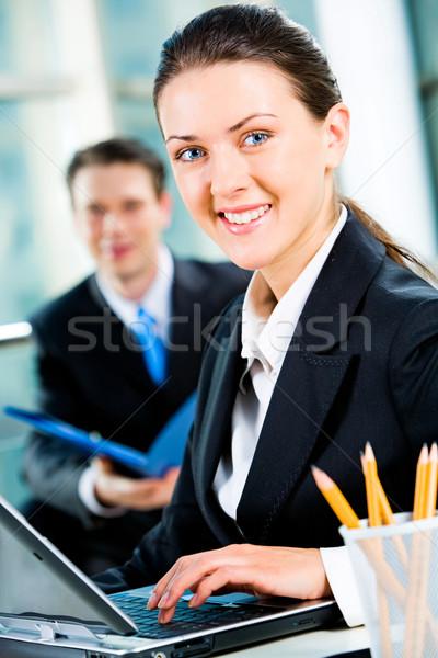 Stok fotoğraf: Güzel · bir · kadın · portre · yazarak · mektup · dizüstü · bilgisayar · iş · adamı