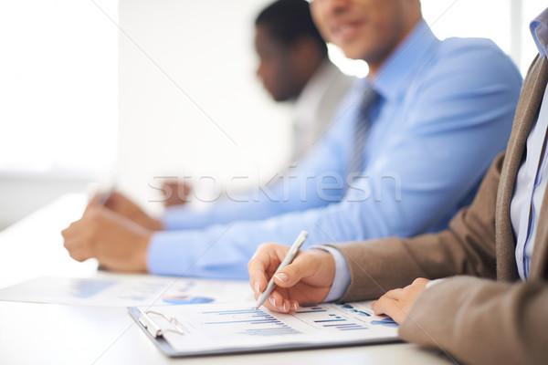 Wykresy młodych kobieta interesu pracy arkusz kalkulacyjny koledzy Zdjęcia stock © pressmaster