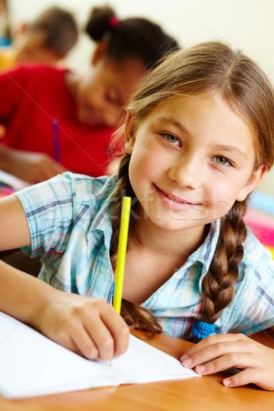 Glücklich Porträt Mädchen Zeichnung Schönschreibheft Lektion Stock foto © pressmaster