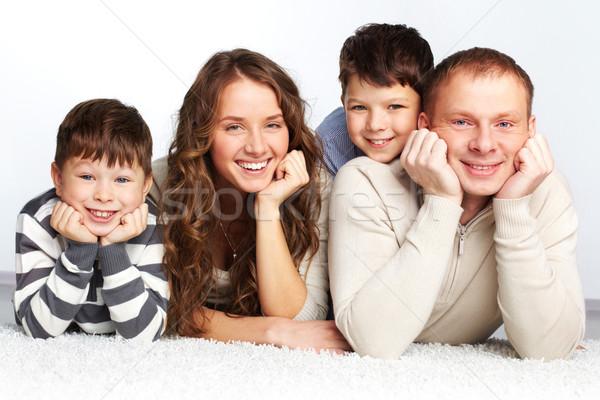 Famiglia felice giovani famiglia padre madre due Foto d'archivio © pressmaster