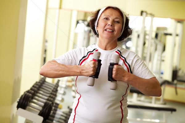 Persistente mais velho mulher halteres Foto stock © pressmaster