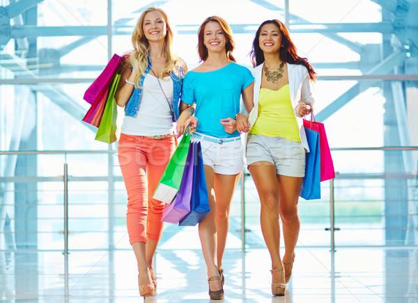 Consumenten portret drie vriendinnen winkelen Stockfoto © pressmaster