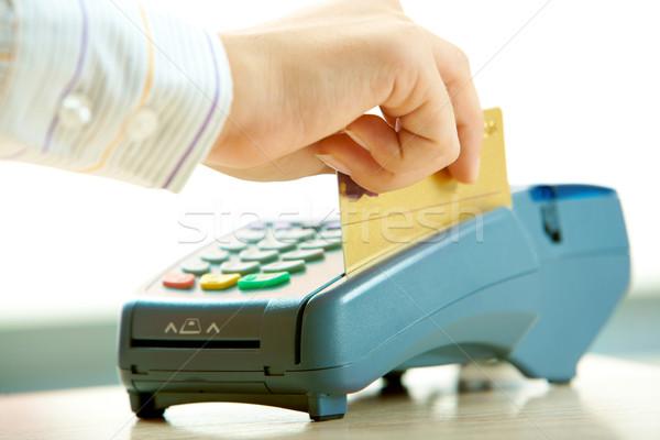Payer carte de crédit main humaine paiement machine Photo stock © pressmaster