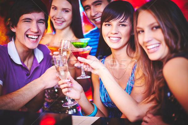 Cocktail party jonge vrienden cocktails naar camera Stockfoto © pressmaster