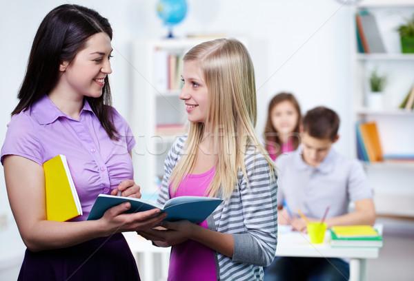 Erklärung glücklich Lehrer schauen Studenten Stock foto © pressmaster