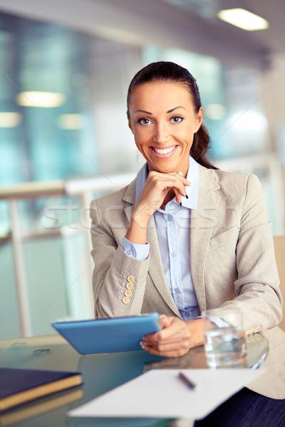 Kobieta interesu touchpad portret pracownika patrząc kamery Zdjęcia stock © pressmaster