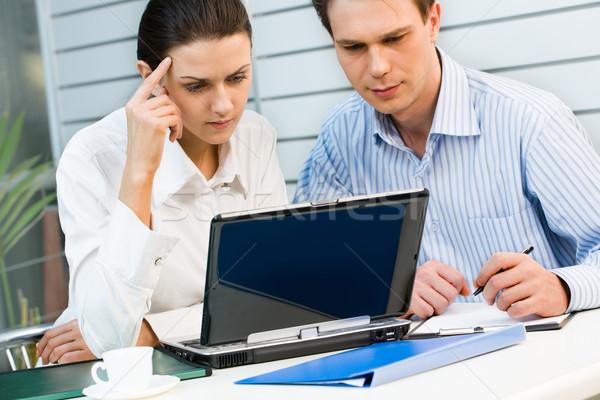 Agradável trabalhar jovem mulher de negócios empresário olhando Foto stock © pressmaster