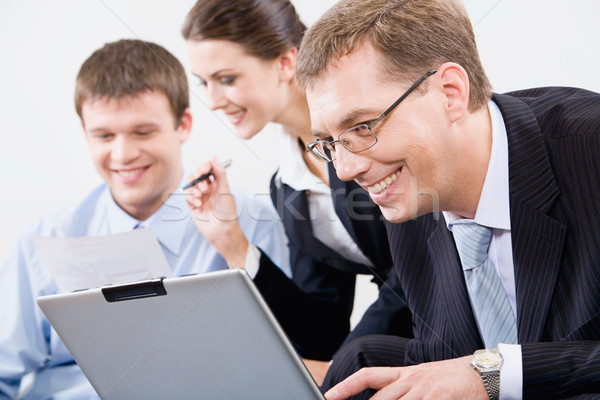 Zakenman glimlachend zakenman naar laptop Stockfoto © pressmaster