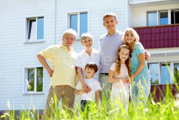 Nowego domek portret szczęśliwy starszy młodych Zdjęcia stock © pressmaster