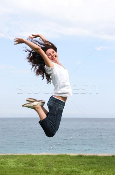 Springen blijde vrouwelijke hoogspringen groene Blauw Stockfoto © pressmaster