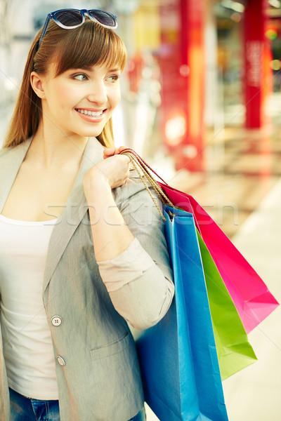 Gioioso consumatore verticale shot tempo shopping Foto d'archivio © pressmaster