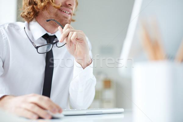 Ufficio entusiasmo impiegato seduta computer guardando Foto d'archivio © pressmaster