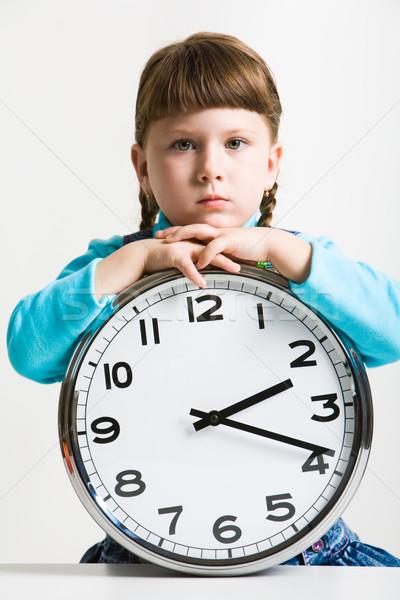 Zdjęcia stock: Czasu · cute · dziewczynka · duży · zegar · oglądania