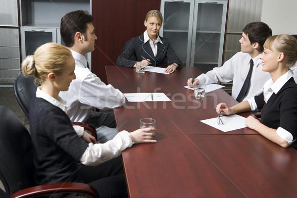Complicado pergunta equipe bem sucedido pessoas de negócios sessão Foto stock © pressmaster
