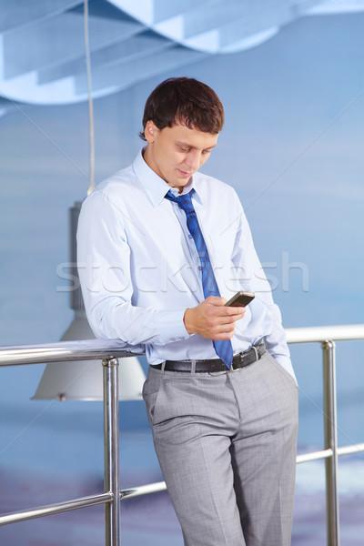 Férfi mobiltelefon portré fiatal üzletember olvas Stock fotó © pressmaster