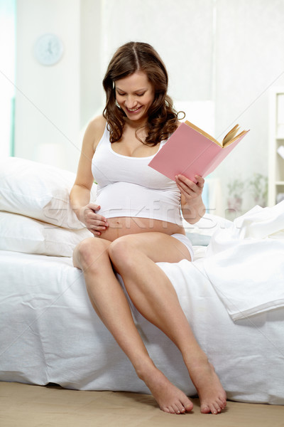 Alegre momento foto feliz mujer embarazada libro Foto stock © pressmaster