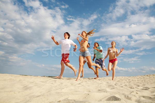 Ativo amigos foto feliz corrida praia Foto stock © pressmaster