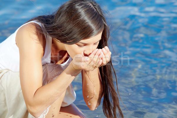 Dorst portret mooie meisje drinkwater handen Stockfoto © pressmaster