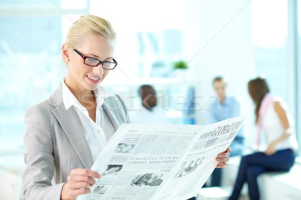 Donna giornale ritratto felice femminile lettura Foto d'archivio © pressmaster