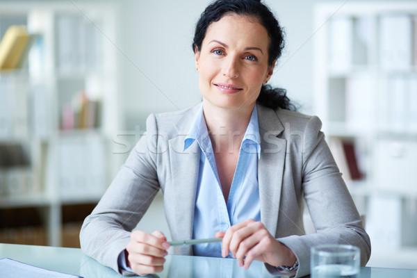 Fehérgalléros munkás mosolyog üzletasszony ül munkahely Stock fotó © pressmaster