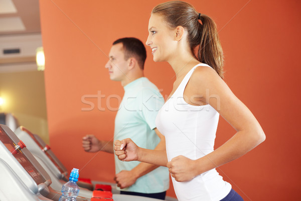 Tredmolen jonge energiek meisje opleiding man Stockfoto © pressmaster