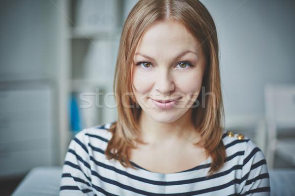 Spokojny kobiet uśmiechnięty młoda kobieta patrząc kamery Zdjęcia stock © pressmaster