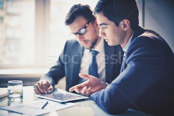 Megbeszél projekt kép kettő fiatal üzletemberek Stock fotó © pressmaster