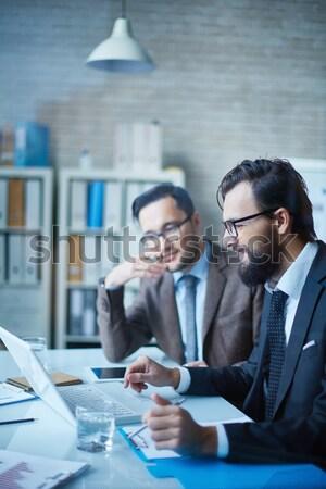 Lavoro touchpad immagine due giovani imprenditori Foto d'archivio © pressmaster