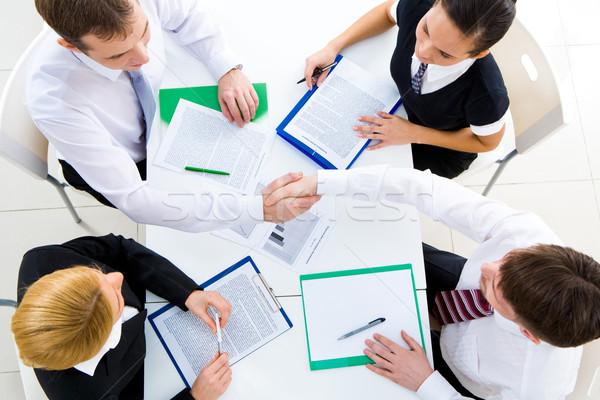 Face heureux partenaires serrer la main réunion Photo stock © pressmaster