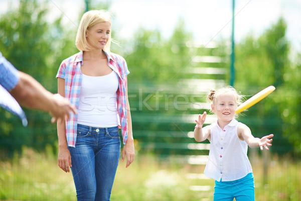 Spielen Disc kleines Mädchen unter Landschaft Mutter Stock foto © pressmaster