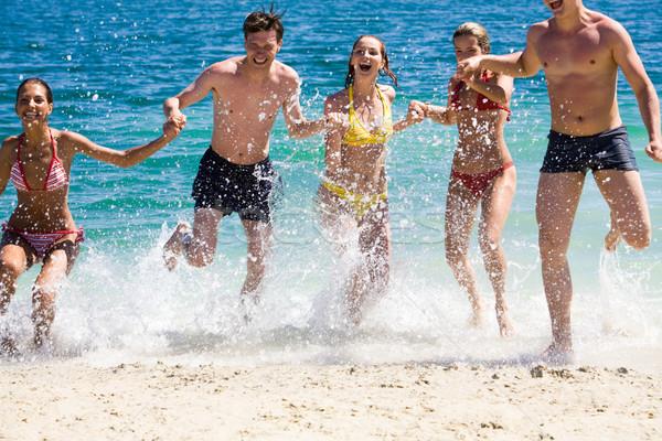 Dinamizmus fotó boldog barátok csobbanás víz Stock fotó © pressmaster