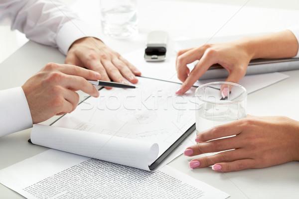 Consultazione primo piano squadra lavoro documenti incontro di lavoro Foto d'archivio © pressmaster