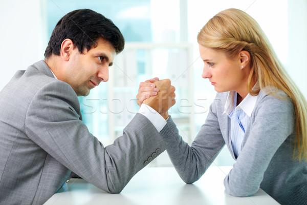 Rivaliteit man vrouw arm worstelen gebaar werken Stockfoto © pressmaster