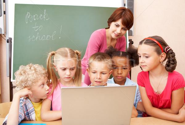 Foto stock: Educação · retrato · alunos · olhando · laptop · professor