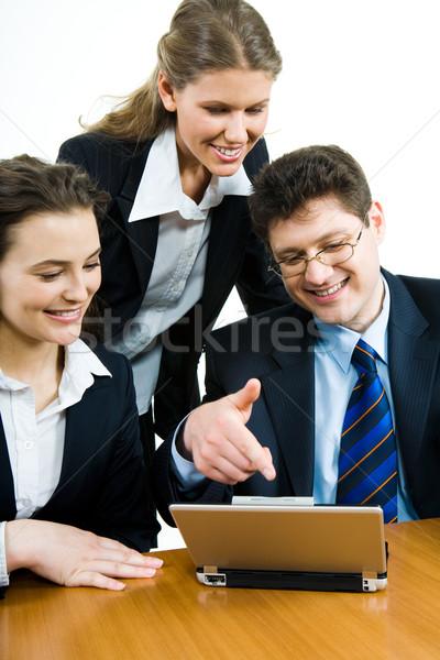 Negócio cooperação imagem pessoas de negócios olhando monitor Foto stock © pressmaster